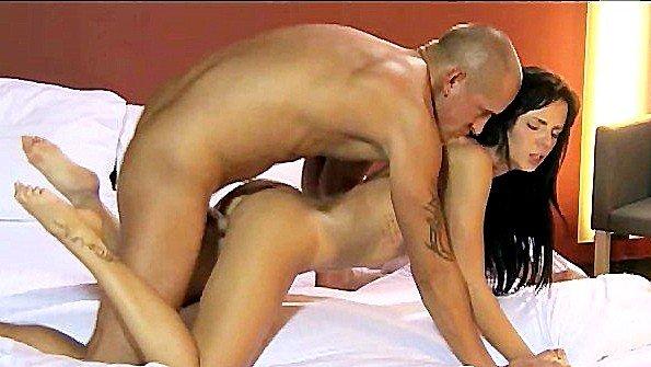 Кавалер хардкорно ебет деваху в постели и доставляет крутой кайф