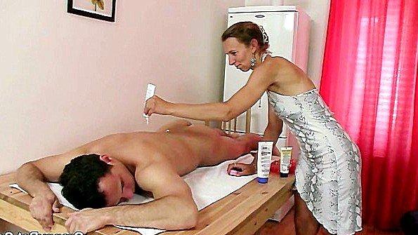 Зрелая массажистка захотела молодого клиента и поебалась с ним
