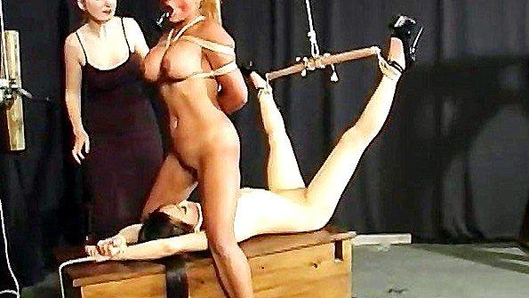 Две сексуальные рабыни покорно ебутся друг с другом при хозяйке