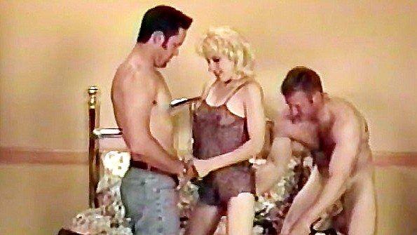 Пьяная баба бешено трахается с двумя любовниками в постели