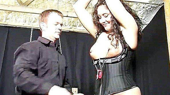 Хозяин безжалостно хлещет скованную рабыню и тискает ее соски