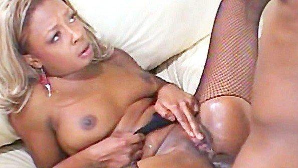 Негритянка с крупными буферами успешно аналит хуй своего любовника