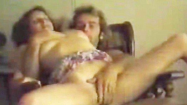 Берет в рот у мужа и прыгает в кресле пиздой на его классном хуе